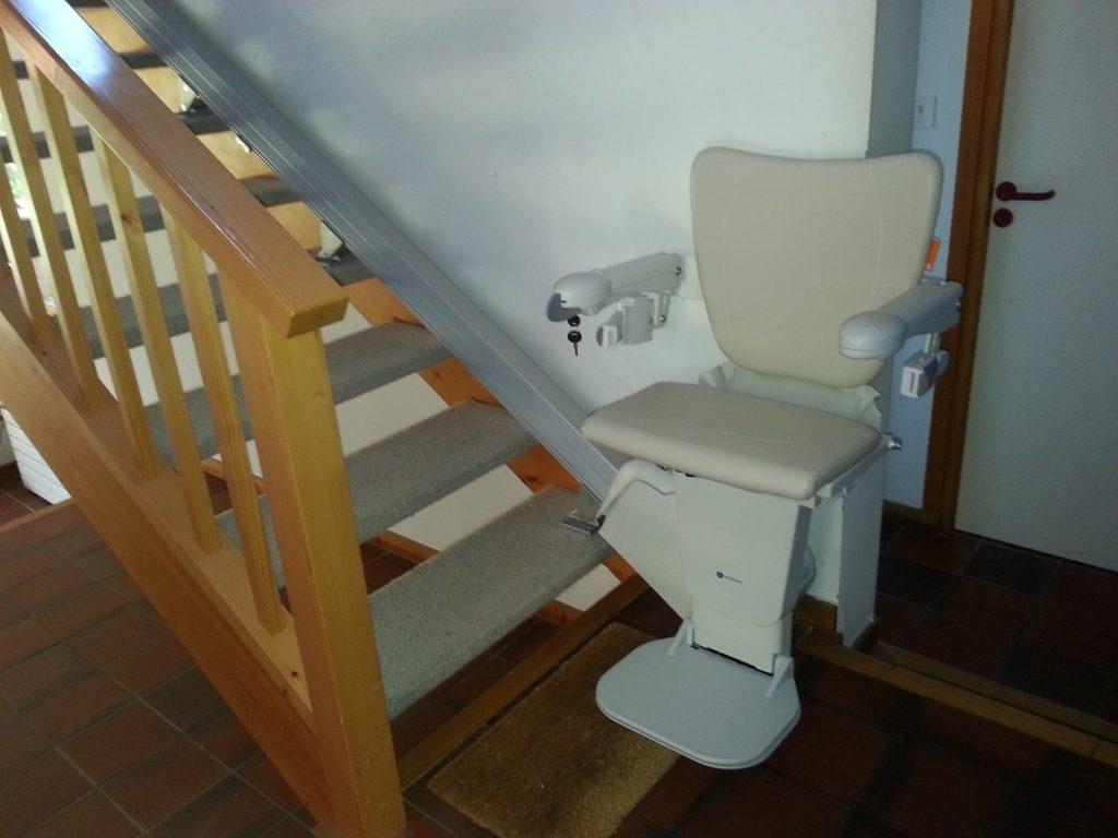 Photo de fin d'installation d'un monte escalier blanc Handicare 1100 STYLE pour escalier intérieur droit à Brison-Saint-Innocent
